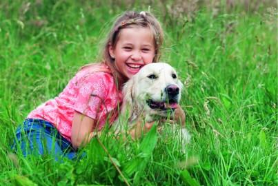 """Mädchen und Hund - Zeckenschutz-Kampagne """"Zeckurity"""" (Foto: Bayer)"""