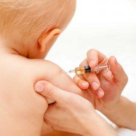 Kleines Kind bekommt eine Spritze gegen Masern Foto © Dmitry Naumov / Fotolia)
