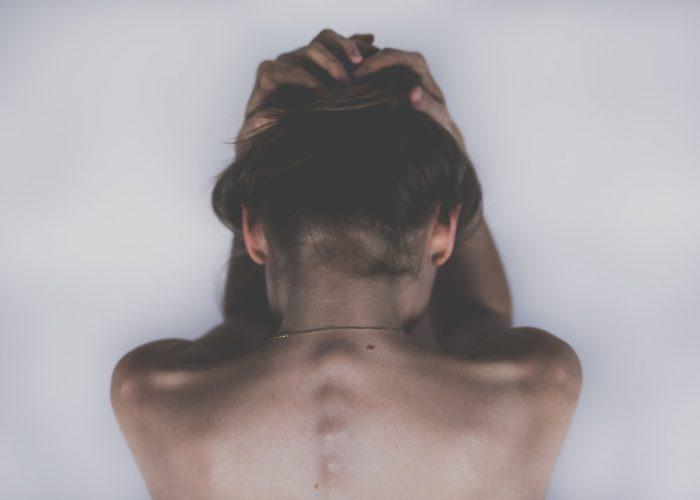 Frau ist erkrankt an Schizophrenie